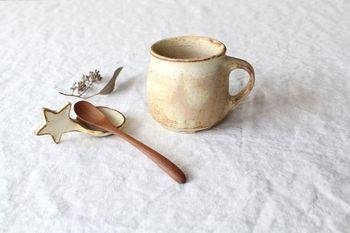 マットな質感の星のスプーンは、砂糖やスプーン置きにも使えるほっこりした雑貨。寒い冬に暖かな部屋でココアを飲んだら似合いそうですね。