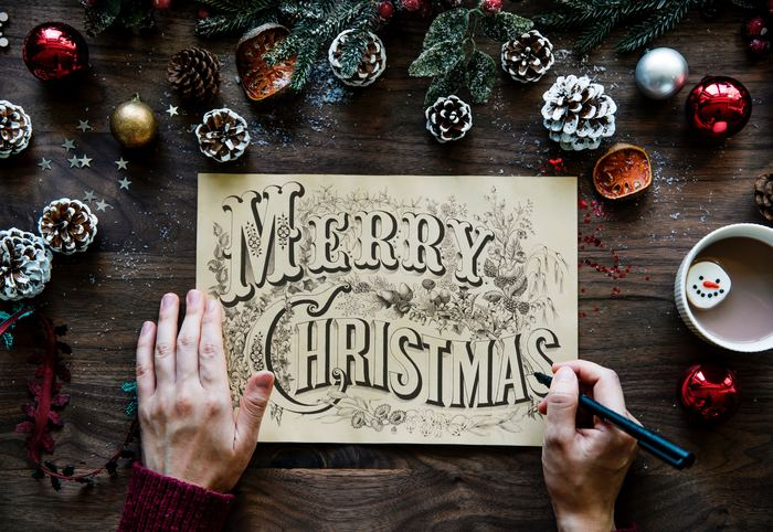 クリスマスシーズンが近づくと、街には華やかなクリスマスディスプレイが登場し、クリスマスソングが聴こえてきたり、と歩いているだけでウキウキしますよね。自宅でも、そんなクリスマス気分が盛り上げるディスプレイをしてみたいな、と思いませんか?