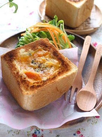 ミニ食パンの中をくり抜いてシチューと卵、チーズを入れて焼き上げたリメイクレシピ。余ったシチューで作ったとは思えない美味しさです。カフェに出てきそうな見た目にも心躍りますね♪