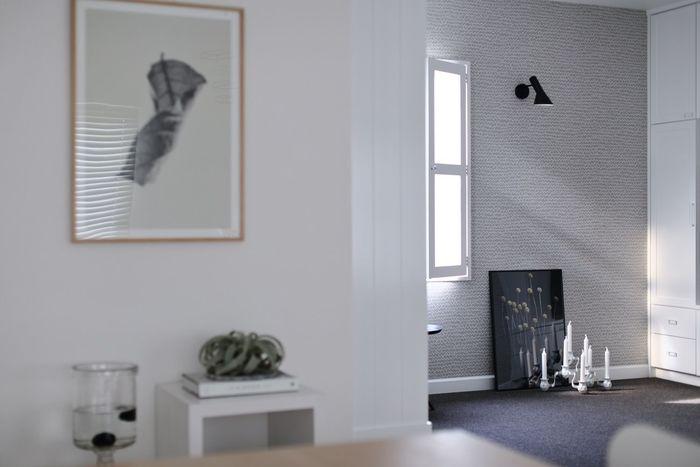 遠くから見ると薄めのグレーの様な柄。床のネイビー色の絨毯と相性良くとても素敵な空間ですね。