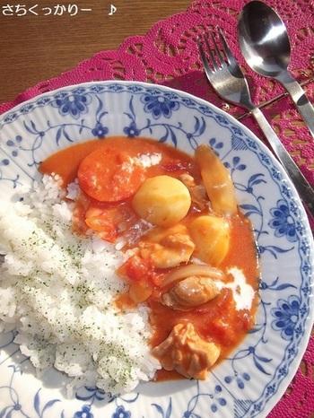 クリームシチューにカットトマト缶やコンソメで味付けしたオーロラシチューライス。シチューのクリーミーさも残しつつ、トマト缶でさっぱりとした味わいに仕上がっています。