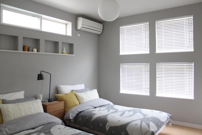 寝具も壁と合わせてグレーベースにし、イエローのクッションがアクセントになってますね。壁は4面グレーにし、天井をホワイトにすれば、うるさくなりません。