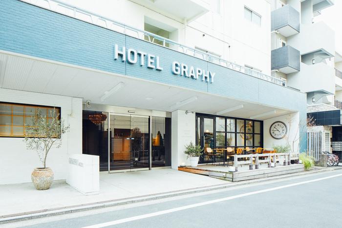 根津駅から徒歩3分ほどの場所に位置する「HOTEL GRAPHY」は元旅館だったビルを改装しオープンしたホテル。地元の人から海外の観光客まで国境を越えて文化が行き交います。1階にあるカフェは朝7:00からオープンしており、早い時間から宿泊客や近隣の方でにぎわいます。
