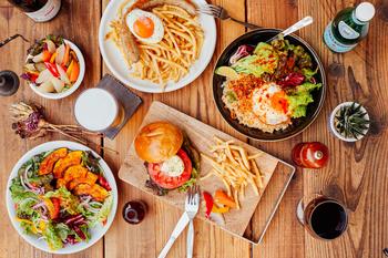 """メニューは海外からの旅行客も親しみやすい西洋風のものがメインですが、""""DASHIMAKI""""サンドウィッチなど、日本の料理と組み合わせた面白いメニューもあります。地元の素材を使ったGRAPHY特製ハンバーガーもお薦めです。"""