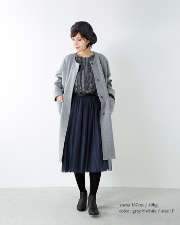 まさにノーカラーコートならではの、清楚で女性らしいスタイル。さらりと羽織るだけで、きちんと感をプラスしてくれます。