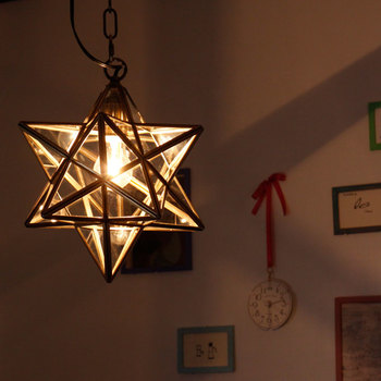 思い切って、お部屋のメインの照明を星にしてみてもいいかもしれませんね。クリスマスツリーを飾った部屋の照明にすれば、ますますクリスマス気分も盛り上がります☆