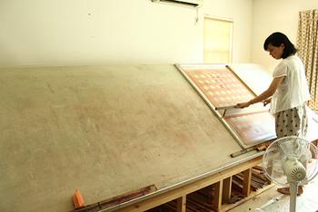テキスタイル用のシルクスクリーンはこのように大きな装置で印刷します。