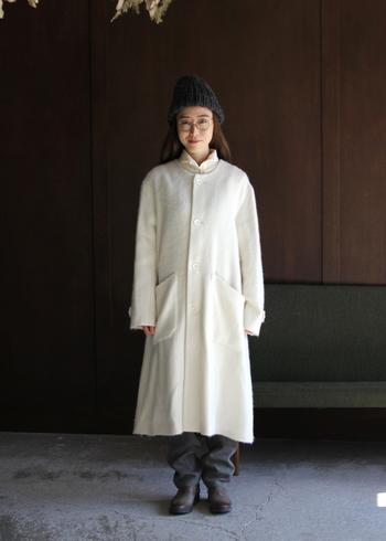 「FACTORY(ファクトリー)」のロング丈コートは、丸い襟元とふんわり広がったシルエットが愛らしいアイテム。女性らしくあたたかみのある白が目を引く一着です。