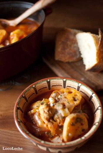 無塩のトマトジュースで作るお手軽なシチュー。シチューに入った蓮根のシャキシャキ感が新鮮!お好きな冬野菜を入れて召し上がれ♪