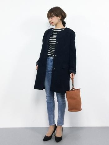 細身のパンツを合わせれば、襟元から続く縦のラインが美しい、上品ですらっとしたスタイルに仕上がります。デニム+ヒールにノーカラーコートを羽織れば、カジュアルながらも女性らしいフェミニンな印象に。