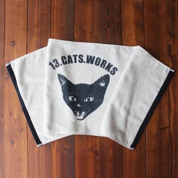 タオルのように少しの凹凸がある布地でも、くっきりと印刷できるシルクスクリーン。黒一色で刷られた猫のイラストなら子供っぽくならず使いやすそう。