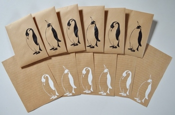ペンギンの仕草が可愛らしい便箋と封筒。白と黒のペンギンカラーがクラフト紙によく合います。親しい友達に手紙を描きたくなるレターセットです。