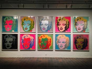 また、現代アートの世界でも大活躍。アンディ・ウォーホルの作品にはキャンベル缶のモチーフや、マリリン・モンローの肖像画など、シルクスクリーンが使用されている作品も多く、アート表現の一つとしてもよく知られています。