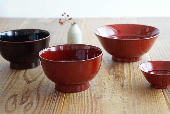 日本では古くから、お祝いの席に登場する漆塗りの器。 最近は手軽な価格で手に入るスープカップなどが増え、扱いが難しそうな漆のお椀は手が届きにくい印象ですが、食器洗浄機もOKで普段づかいできるのが越前漆器さんの器。