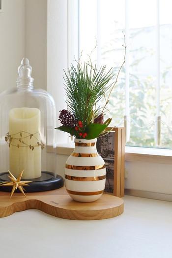 フラワーベース(花器)も、特に決まりはありませんが、お正月らしいゴールドやシルバーが入ったものだと一層「お祝い」感が演出できますね♪