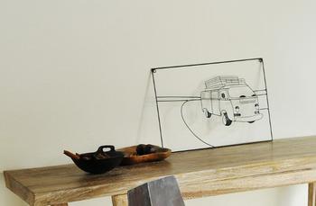 ポスター感覚で飾れる平面のワイヤーアート。レトロなモチーフに影が落ちて、ふわっと空中を走っているかのような浮遊感をお部屋に演出してくれます。