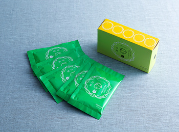 甘夏の精油をたっぷり使ったバスソルトは、爽やかな香りでとてもリラックスさせてくれます。敏感肌や肌の柔らかいお子様にも安心して使用できる入浴剤ですね。