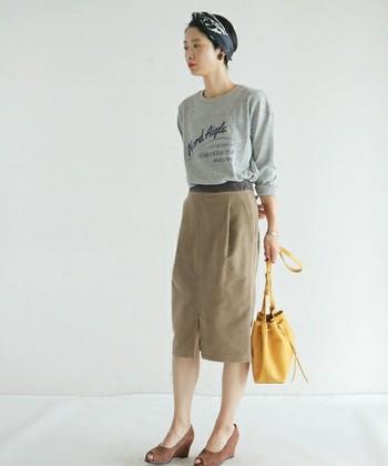 カジュアルなカットソーにモールスキンのタイトスカートを合わせた、大人カジュアルコーデ。イエローのバッグやパンプスなどの上品な小物をプラスすることで、ワンランク上の着こなしが完成です。
