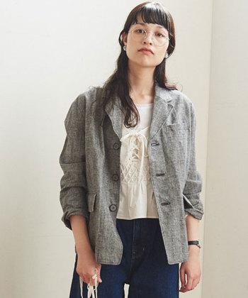 また主に洋服に使われることが多く、保温性の高さから冬場のジャケットやパンツなどのバリエーションは豊富。カジュアルな中にも上品さを感じさせる着こなしを作り上げてくれます。