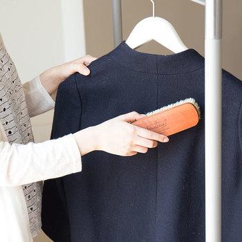 洋服の表面を軽く叩いてホコリを表面に浮き出させ、優しくブラッシングしていきます。モールスキンには、こんな毛足の長いブラシが最適です。