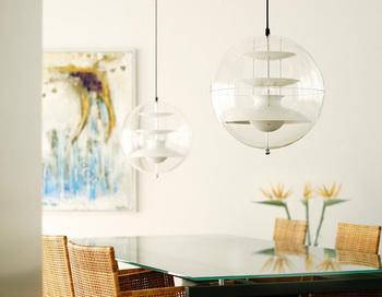 主張しすぎることのない、スケルトン×ホワイトの透明感あふれる組み合わせ。これなら2灯並べても圧迫感がありません。わざと低い位置になるよう吊り下げて、その個性的な存在感を間近で楽しんでみても。