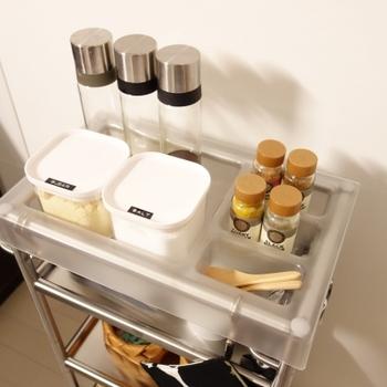 調味料やキッチンツールをまとめたキッチンワゴン。下準備の際にはシンクの横に、炒め物のときにはコンロの脇に…。 使いたい場所に自由に動かせるから、まるで優秀な助手が付いたような気分です♪