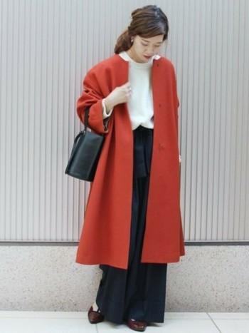赤などはっきりとした暖色系のノーカラーコートでも、かたちがシンプルなものを選べば上品にまとまりますよ。