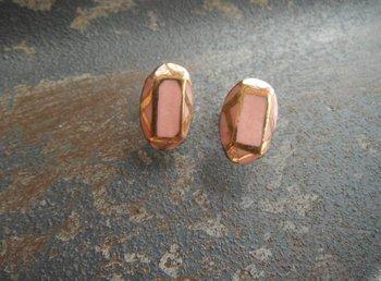 宝石のオーバルカット風のデザインのピアス。ひとつひとつ手作業で作られており、クラシックな淡いピンク色と艶っぽく光るゴールドが印象的です。シンプルなファッションをさらに上品に引き立たせてくれそう。