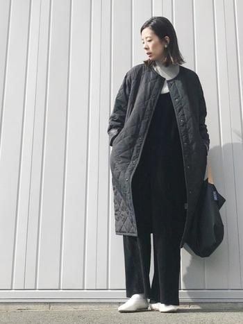 こちらは、キルティング素材のノーカラーコート。ワイドパンツで合わせたスタイルには、大人らしいかっこよさが光ります。