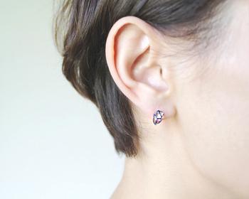 職人さんによる繊細な手作業の、蒔絵デザインのピアス。ダイヤモンドをなぞったような形が印象的です。左右の異なるデザインがセットで、耳元でキラリと上品に輝くピアスです。