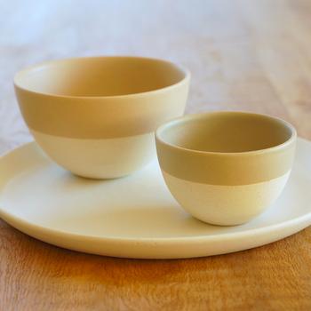 温かで柔らかな色合いが美しいお茶碗。抹茶の緑が映えそうですね。色違いをペアで揃えるのも素敵です。