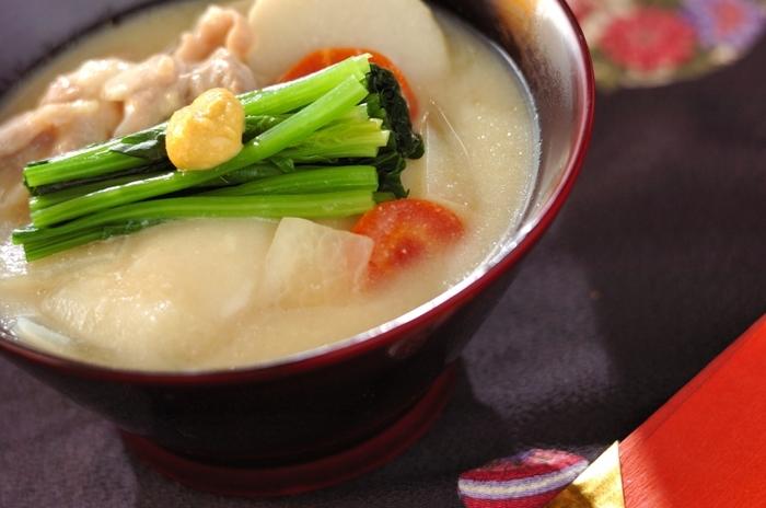 """さて、全国的にお雑煮は""""すまし汁""""で作られることが多いですが、京都や大阪など関西の地域で見られるのが「白みそ」を使ったお雑煮です。もちろん、お餅は丸餅で!"""