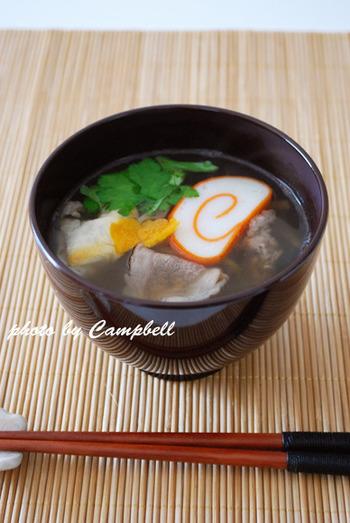 """富山のお雑煮も、さっぱりした""""すまし汁""""がベースになっているそう。比較的、根菜類が多いのが富山県のお雑煮の特徴。こちらのレシピでは牛肉も入って旨味たっぷり♪"""