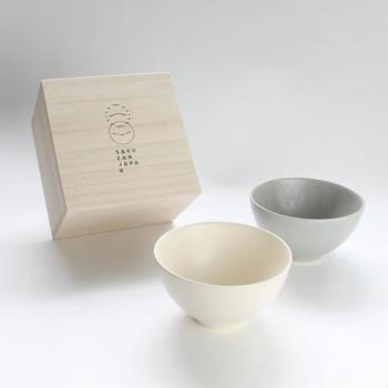 木箱入りの茶碗なら、ちょっとした特別感を味わえそう。一つ一つ手作りされているので、シンプルながらも違った表情を楽しめます。