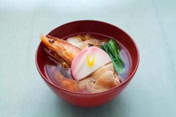 東京のお雑煮は鶏肉が入っているのが特徴的。そのほか、小松菜かほうれん草、そして焼いた角餅が入っているのが一般的です。こちらのレシピのように、柚子を添えると香り豊かなお雑煮に♪