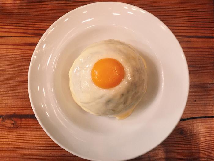 1番人気の「チーズキーマカレー」。キーマカレーをモッツァレラチーズで覆い卵黄をトッピングした、フォトジェニックな逸品です。おうちでも真似したくなりますね。