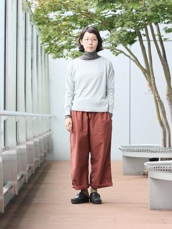 モールスキンのパンツは、カジュアルなアイテムとの着こなしも◎ タートルネックとニットのレイヤードスタイルに合わせれば、ゆるりとリラックス感のある着こなしに。