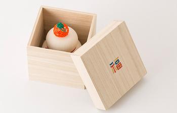 飾っていない時には台座となる桐箱に収納出来るので、お片付けも簡単なのも嬉しいポイント。残念ながら食べることができませんが、フタに書かれた「福」の文字で幸せのパワーをいただきましょう。