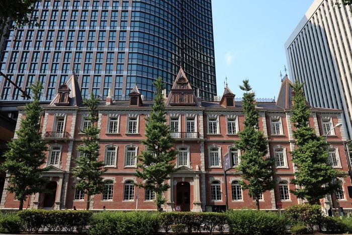 東京丸の内のオフィス街に、クラシックな出立を今も残しているのが「CAFE1894」。この建築物は、1894年(明治27年)三菱一号館創業当時の銀行として君臨しており、「CAFE1894」は、その銀行の営業室として使用された場所を復元したカフェバーなんです。