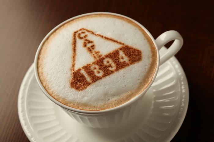 カフェラテには「CAFE1894」の文字が♪