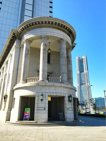 バックのランドマークタワーとの対比も絵になるこの建物は、旧第一銀行横浜支店です。なんとこの建物は、横浜市認定歴史的建造物に認定されており、この建築物にあるカフェが「カフェオムニバス」なんです。