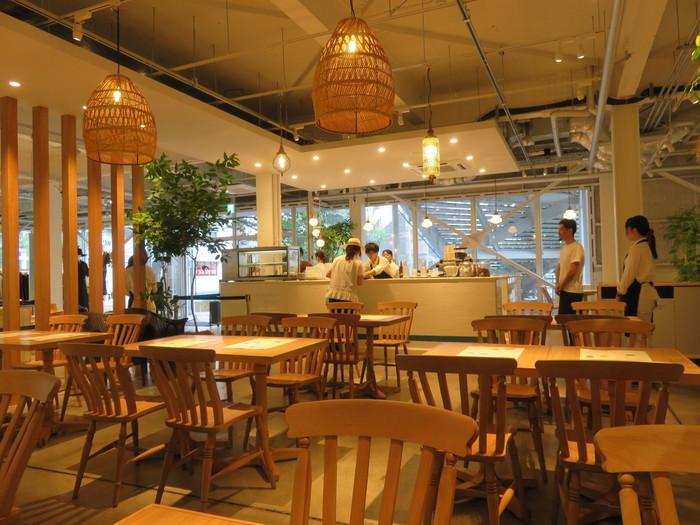 店内はナチュラルな木目のインテリアに囲まれており、外観のメンズライクな印象より比較的アットホームな優しい雰囲気。