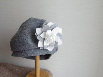 シンプルな帽子やバッグ、コートの襟などに飾りたいフェルトの立体コサージュ。