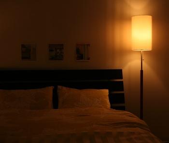 フロアライトも縦長の物を選べば枕元でも邪魔になりません。睡眠を促してくれる柔らかな灯りで、明る過ぎないのが嬉しいですね。