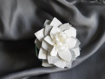 少しずつ色の違う羊毛フェルトが織りなす上品なグラデーションが、大人っぽくて素敵。