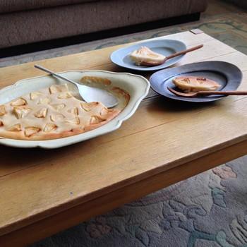 大きなグラタン皿で焼いたご馳走を取り分けて。 同じ献立もお皿の色合いで見え方もそれぞれ。