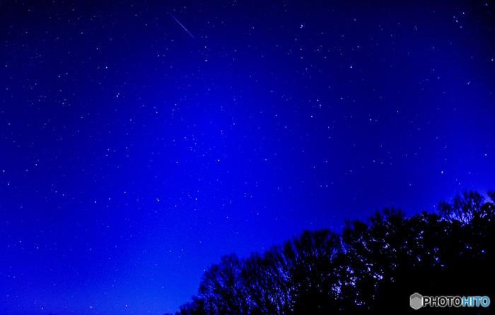実は一年の中で、冬の星空が一番綺麗だって知っていますか?星そのものが一番輝いているのがこの時期で、肉眼でもその星の色や星雲を確認することができます。だけど、冬の空って寒いから苦手と思う方はプラネタリウムへ行きましょう!