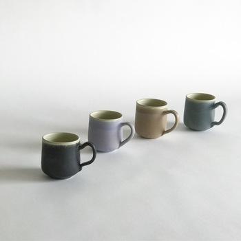 ■掛け分けマグカップ やわらかなスモーキーカラーのマグカップ。 丸みのあるふっくらとした器は毎日のお供におすすめです。 カップルにペアで贈り物にしたくなる逸品です。