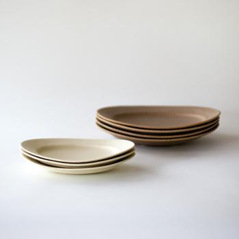 ■オーバル皿 Awabiwareを最初に選ぶときにはオーバル皿は定番的な人気なのだそう。 きれいな楕円形と程よいカーブで盛り付けの想像を広げてくれます。