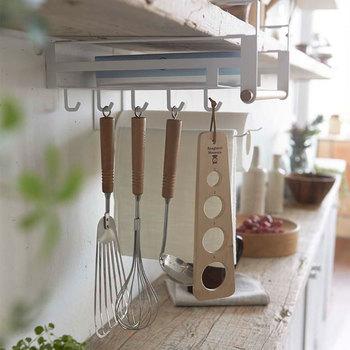 奥行きのある多機能ラックを使うことにより、引き出しが少なくてもこのように収納することができますよ。これなら横幅が狭いキッチンでも、スペースを有効活用できます。